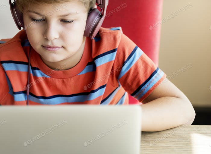 Kid Boy Kopfhörer mit Laptop-Konzept