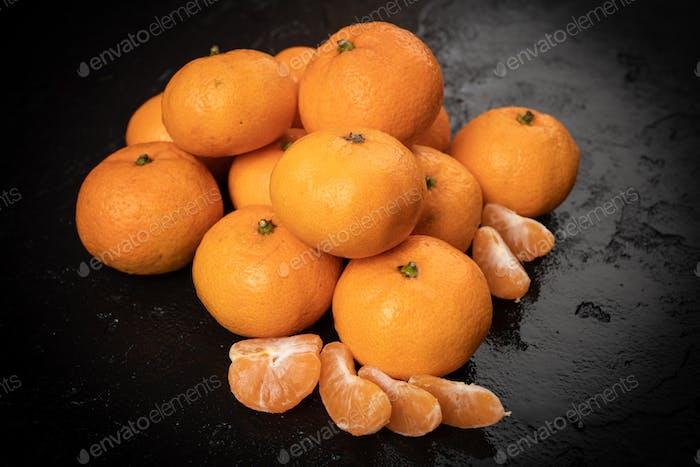 Mandarinen, Mandarine, Clementine auf schwarzem Hintergrund