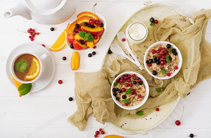 Lecker und gesunder Haferbrei mit Beeren und Leinsamen. Gesundes Frühstück.