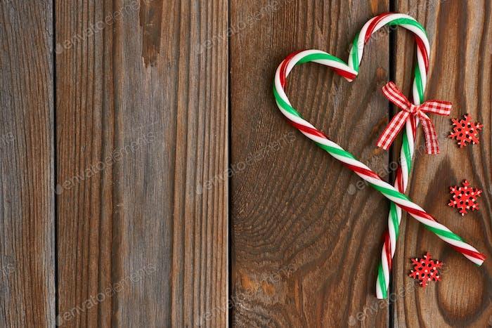 Weihnachtsstock auf hölzernem Hintergrund