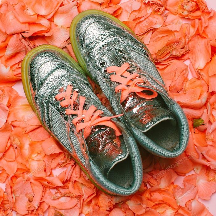 Minimales kreatives Design. Glamouröse Schuhe Blumen Hintergrund. SPR
