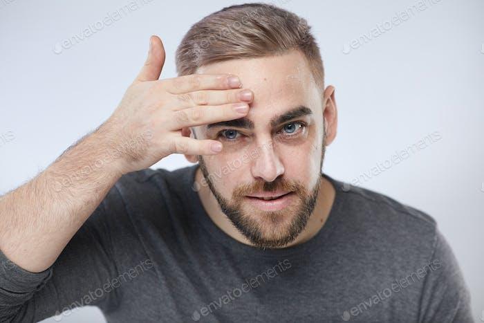 Young Man Anwendung Gesichtscreme