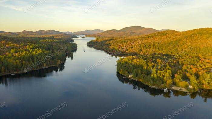 Vista aérea sobre Long Lake Adirondack Park Mountains Nueva York Estados Unidos
