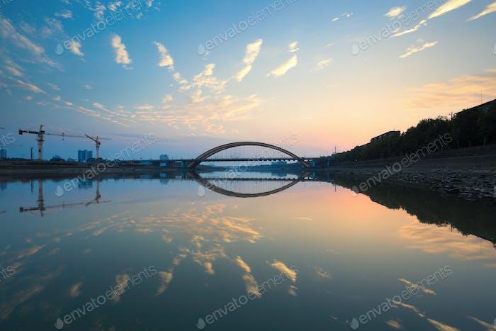 Sonnenuntergang Glühen und Brücke