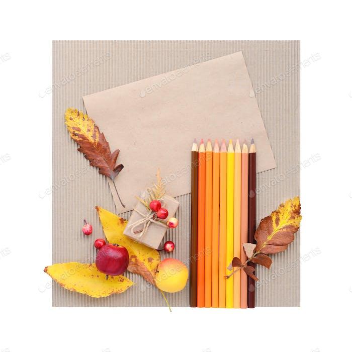 Herbsthintergrund mit weißem braunem Papier und Buntstiften. Oben