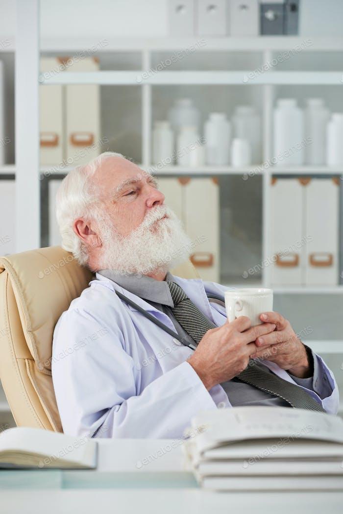 Cansado médico tener descanso