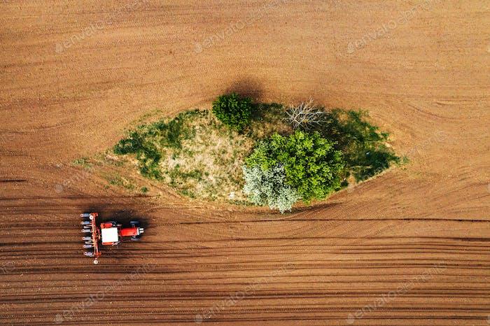 Drohne pov Ansicht des Traktors mit Sämaschine