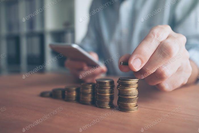 Münzstapler, Geschäftsmann mit gestapeltem Geld