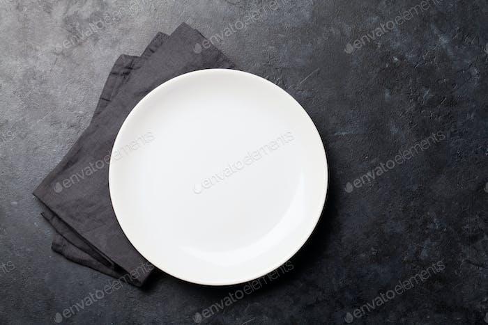Küchentisch mit leerem Teller und Handtuch