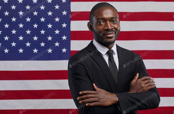 Afroamerikanischer Politiker gegen amerikanische Flagge