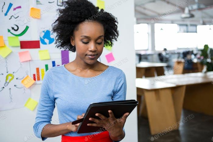 Diseñador gráfico Mujer Uso tableta gráfica
