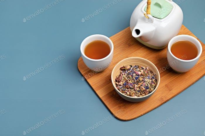Traditionelles Teezeremonie-Accessoire, Teekanne und Kräuter und Tee für Trockenfrüchte. Destressing, Entspannung