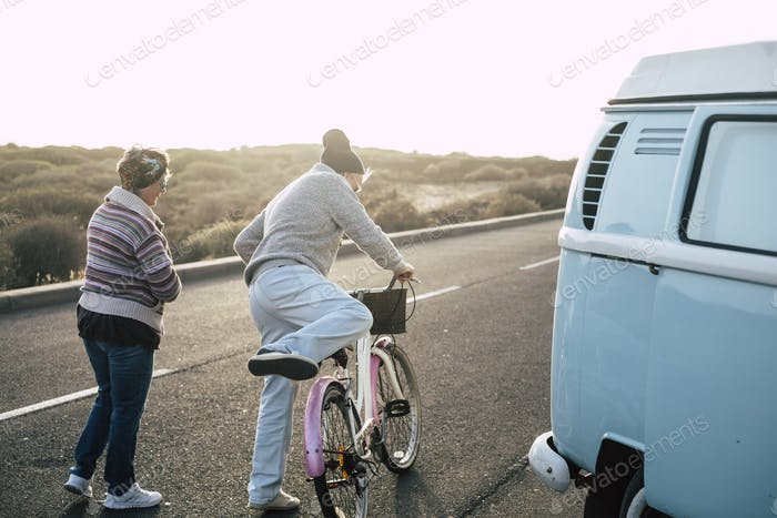 Alte moderne Seniorenpaar