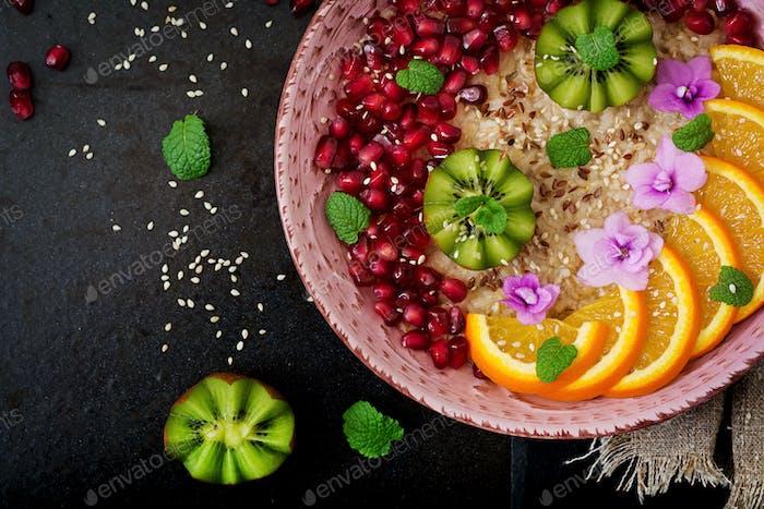 Lecker und gesunder Haferbrei mit Früchten, Beeren und Leinsamen