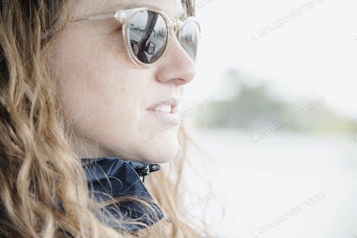 Frau in Sonnenbrille. Porträt