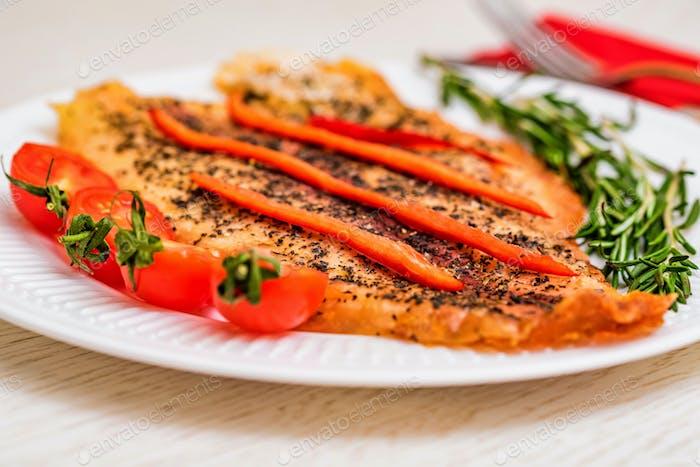 Gebratenes Fischfilet mit Gemüse in der Nähe
