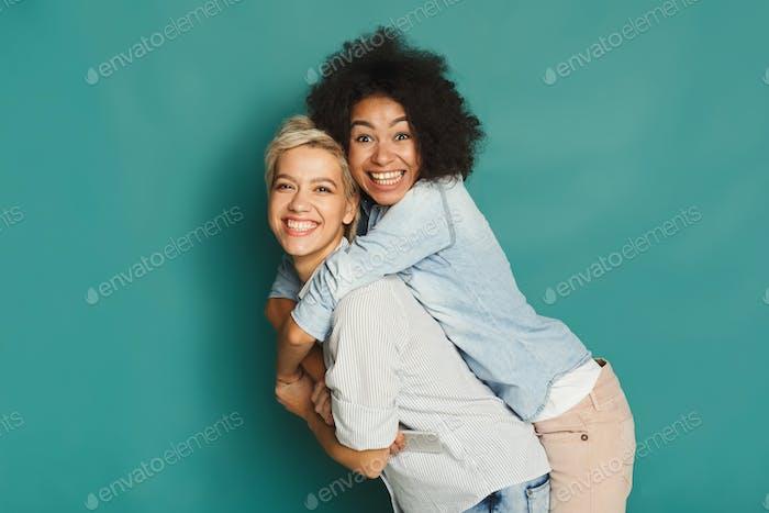 Glückliche Freunde mit Spaß bei blauen Hintergrund