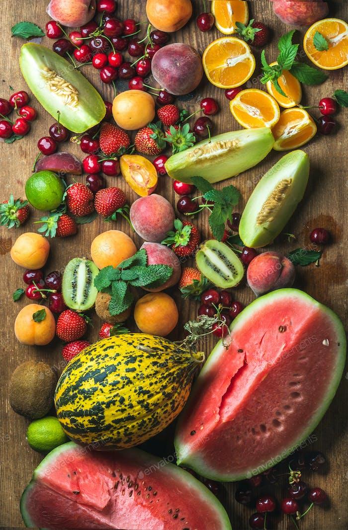 Verschiedene bunte tropische Früchte Auswahl auf rustivem Holzhintergrund