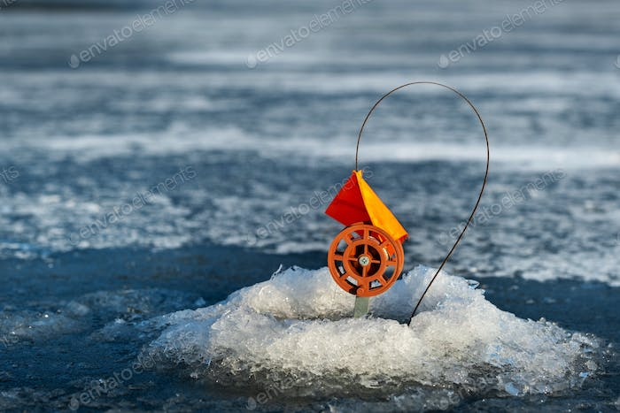 tackle for winter fishing, Fishing in the winter in the hole on live bait