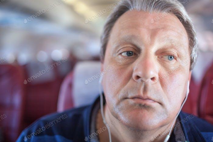 Man hört Musik im Flugzeug