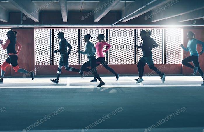 Gruppe von verschiedenen jungen Menschen urban running