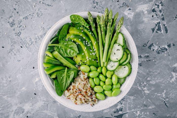 Grüne vegetarische Schale mit Quinoa, Spinat, Avocado, Spargel, Gurke, Edamame