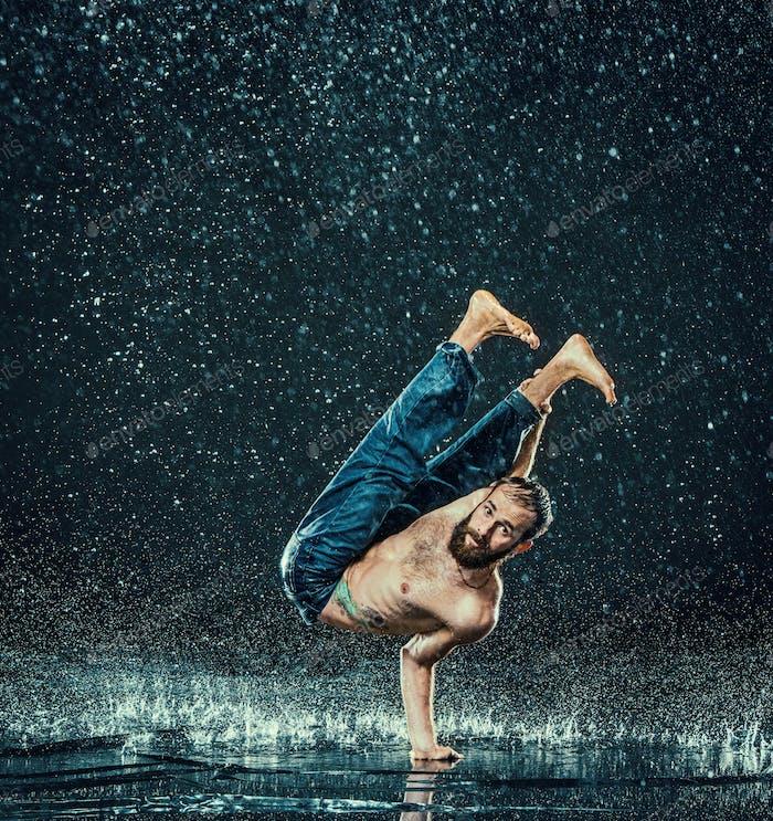 Мужчина ломает танцовщицу в воде.