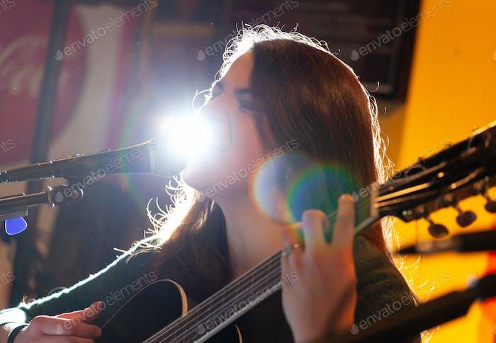 Gitarrist während einer musikalischen Aufführung.