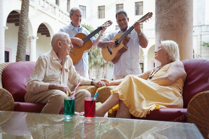 alter mann und frau trinken in hotel bar