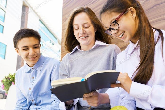 Kinder kopieren Hausaufgaben nach Schulgebäude