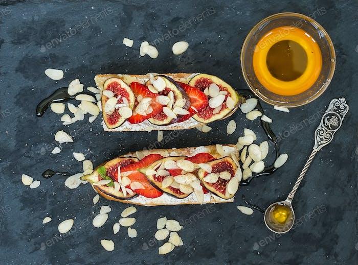 Feigen- und Erdbeer-Ziegenkäse-Sandwiches mit Honig