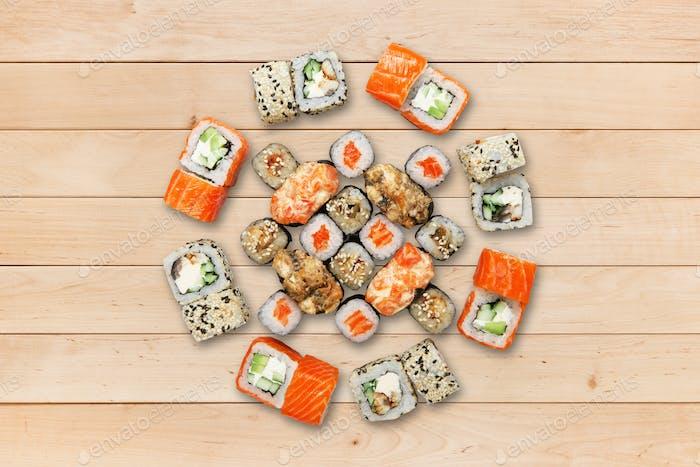 Set Sushi und Brötchen auf Holz.
