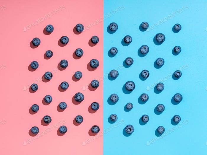 Blaubeer-Muster auf rosa und blauen Hintergrund