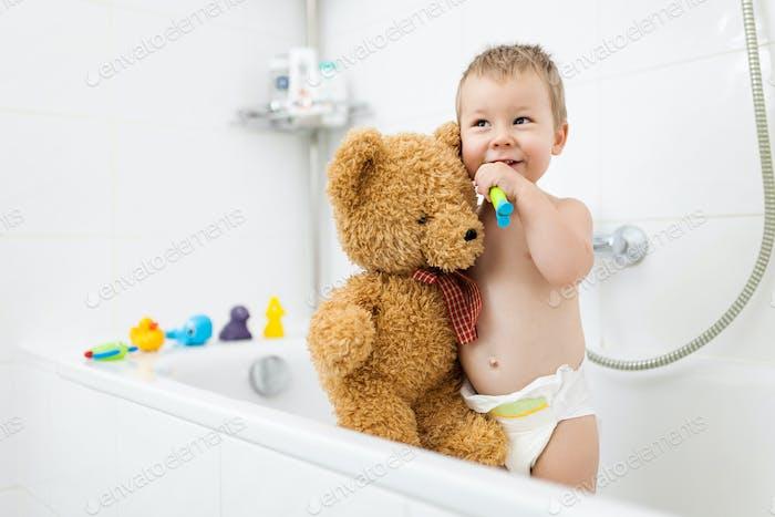 Liebenswert Kind lernen, wie man seine Zähne putzen