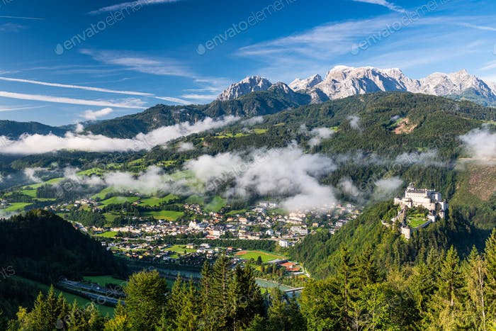 Schloss Hohenwerfen in Österreich. Panoramablick über Schloss und Vi