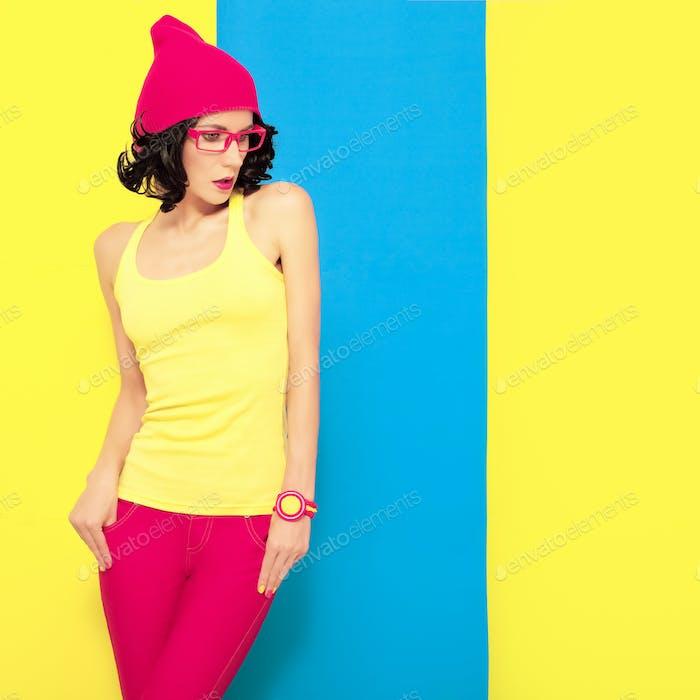 helles Porträt eines stilvollen Mädchens auf einem farbigen Hintergrund