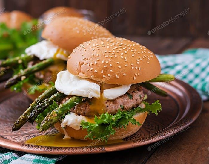 Hamburger (Sandwich) mit Hähnchenburger, Salat, Spargel, pochiertem Ei und Tartarsauce