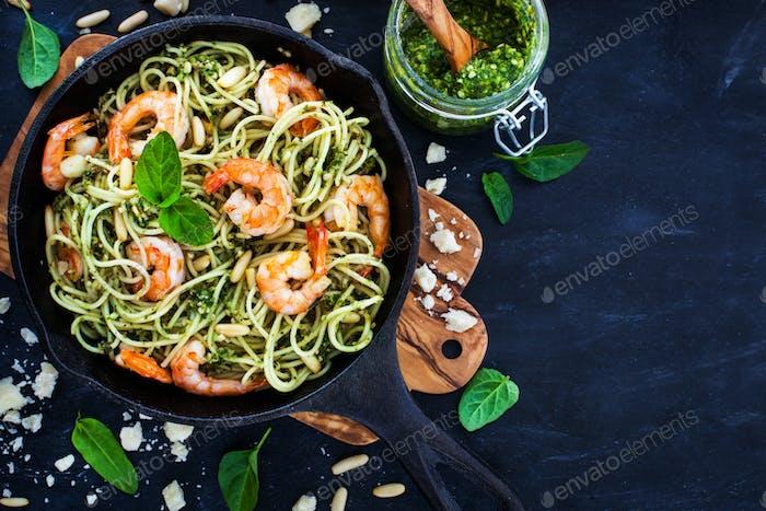 Spaghetti with prawns and homemade pesto sauce