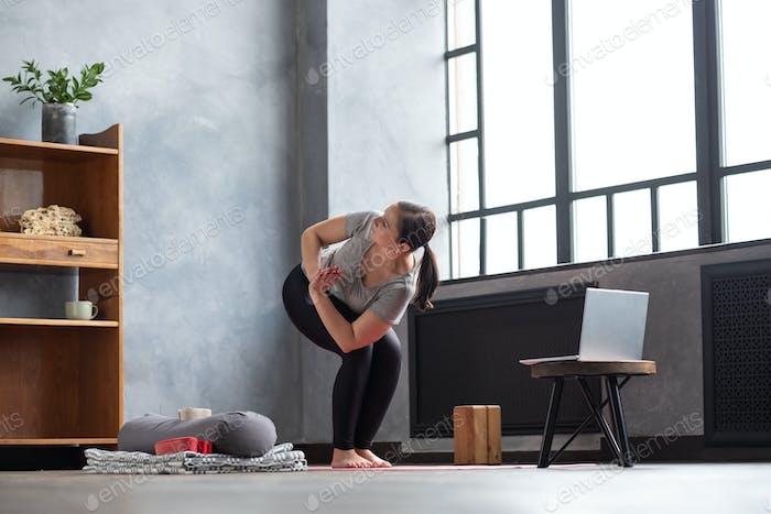 Parivritta Utkatasana oder Stuhl Twist Yoga Pose