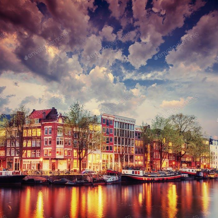 Amsterdamer Kanal im Westen.