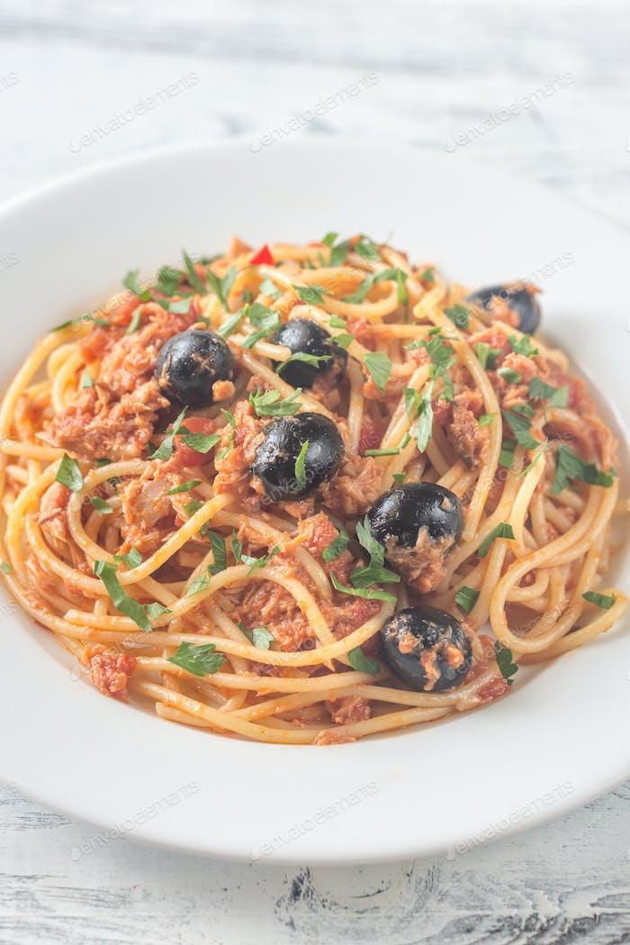 Spaghetti with tuna and black olives