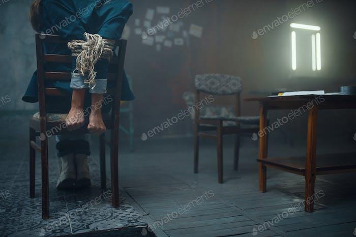 Mujer víctima del secuestrador maníaco con las manos atadas