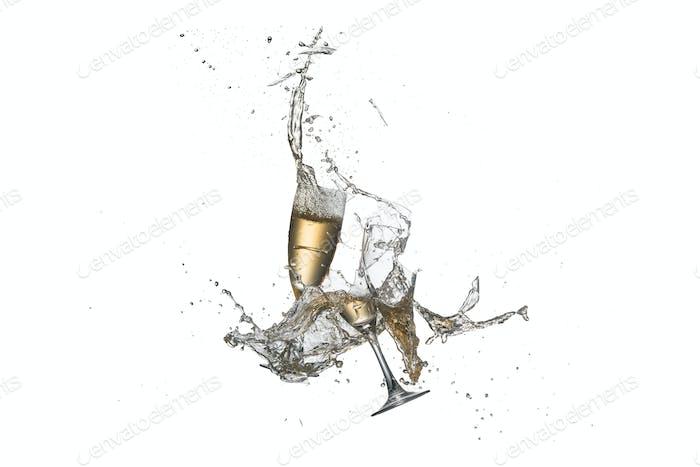 Flying Weingläser mit gegossenem Alkohol, isoliert