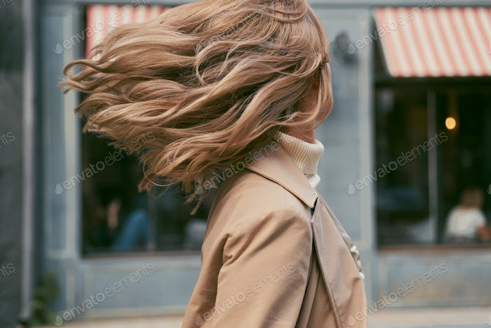 Porträt von attraktiven blonden Mädchen träumig wirbeln im freien
