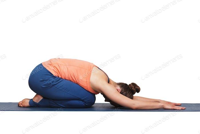 Frau entspannen in Hatha Yoga Asana Balasana Kind Pose