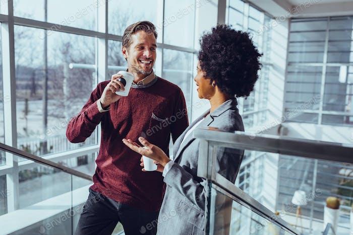 Socializar con un compañero de trabajo