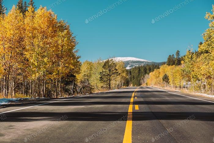 Carretera en otoño en Colorado, EE.UU.