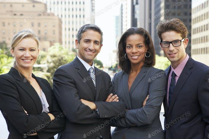 Porträt von vier Geschäftskollegen außerhalb des Büros