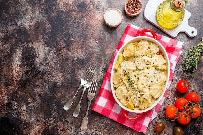 Kartoffelgratin, in rustikaler Schale.
