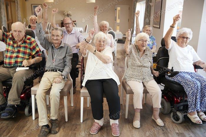 Grupo de personas mayores disfrutando de la clase de fitness en Página de inicio de retiro